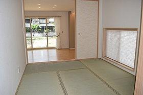 和室  玄関に入ってすぐの和室は客間としても便利です