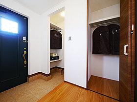 玄関収納や飾り棚、スリット施工の階段がポイント