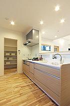 キッチンは洗面所の横に配置することで、家事動線を短く