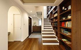 【コンセプトハウス】1階から3階まで続く本棚は圧巻!