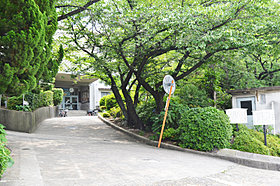 緑豊かな豊中市立上野小学校まで徒歩約7分で毎日の通学も安心