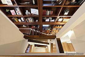 1階から3階までの本棚は圧巻です。