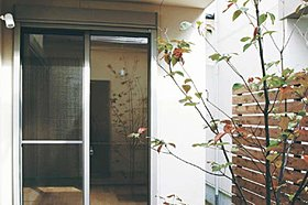1階の掃き出し窓にはシャッターを設け、ガラス破りを防止