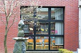 春には桜が咲き誇る公園と隣接した大宮東図書館(770m)