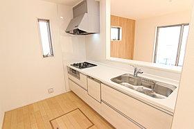 4号棟:キッチン 自動食洗機、3口コンロ、浄水機能付蛇口