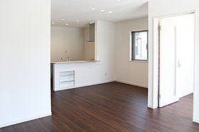 隣接する和室を開放すれば、さらに広々とした空間として使えます