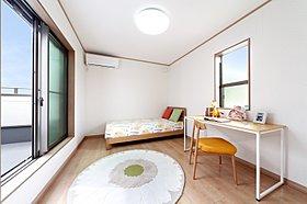 2階洋室は採光豊かな大きな窓のある部屋です