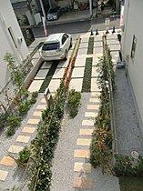 玄関までのアプローチに植栽をして街を緑豊かに彩りました。