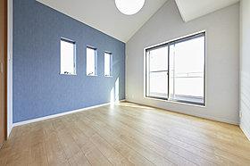 ゆったりとした主寝室はバルコニーに面して明るく開放的。(当社