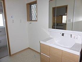 洗面室は2.5帖と通常より少し大きめで収納棚を置くスペースも