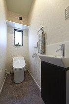 標準のタンクレストイレ。トイレもスッキリ広く感じます。