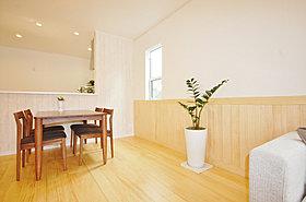 床、建具、腰壁も無垢材