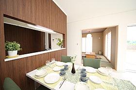 モデルハウスダイニング:和室とつながった家族の空間
