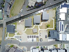 2種類のデザインの家が、緑の中にポツンポツンと建ち並ぶ。