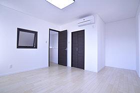 便利なクローゼットを設置した広々空間の洋室。(6号地)
