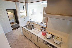 家事をしながら子供を見守れるオープンなカウンターキッチン