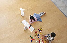 足元から部屋全体をムラなく暖めるガス温水床暖房を搭載。