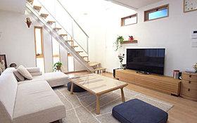 リビング:床暖房や電動シャッターも標準装備です。