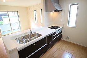 窓付きの明るく爽やかなキッチンスペース。食洗機付き!
