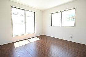 2面採光を確保した明るい室内!全居室に収納完備!