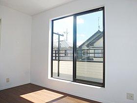 バルコニーに面した陽当たりのよい洋室。