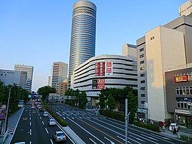 【新横浜駅】様々な商業施設が揃い、多くの人で賑わいます。