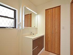 洗面横の納戸。シューズクロークとつながるゆったり収納空間です