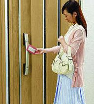 玄関ドアはカードキーで解錠できるスマートコントロールキー。