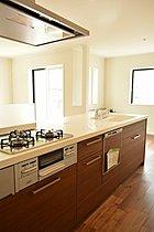 システムキッチンには、食洗機も完備。~ゆうぐれの家~
