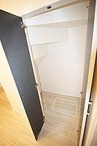 階段下収納もあり、すっきり片付けて広く使えます♪