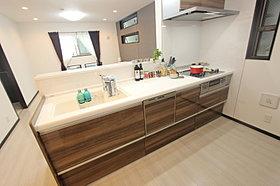 食洗機を備えた機能的なシステムキッチン〈施工例〉