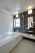 1日の疲れを癒す広々浴室