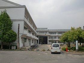 南笠東小学校まで歩いて10分(800m)安全に通学できます