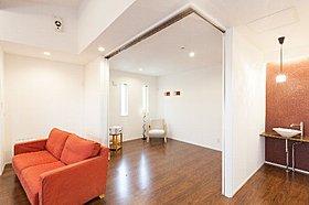 扉を開ければ一つの大空間へ。閉めれば個室がもう一つ