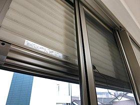 防犯シャッターは1階に設置しております。網戸付きです。