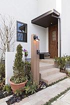 「アンティーク門柱」をあしらった家の顔となる玄関まわり