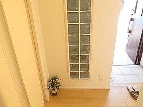 シューズクロークと廊下を分ける壁にオシャレなガラスブロック