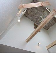 貼風天井とシーリングファンがオシャレな空間を演出。