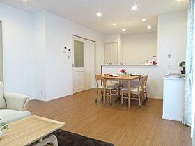 キッチン横の扉は洗面室・浴室に繋がり、家事動線も快適!