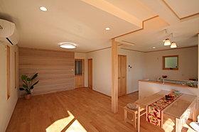 壁は白い板張り、調湿性能の高い珪藻土とクロスの3種類です。