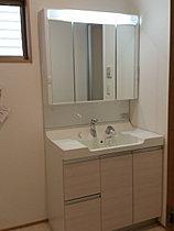 三面鏡洗面台は収納もしっかり付いています