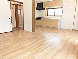 リフォーム済み。リビングです。天井、壁のクロスを張り替え、床をクッションフロアーに張り替え、間取変更により13帖のリビングダイニングキッチンに生まれ変わりました。