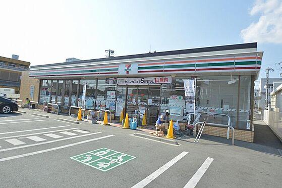 アパート-松阪市清生町 駅からの帰り道にコンビニがあり利便性の良い立地。