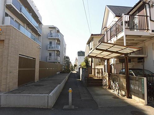 アパート-世田谷区玉堤1丁目 前面通路(東側)と周辺環境