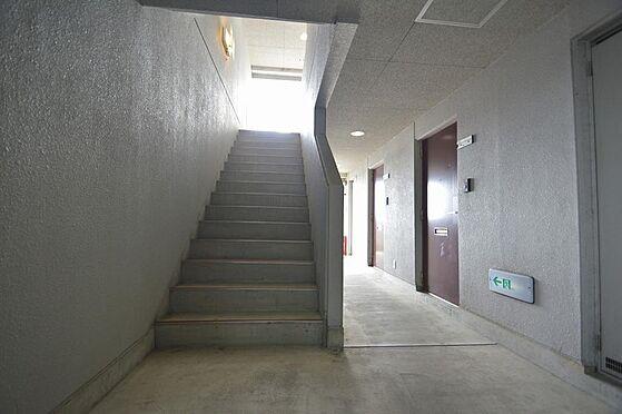 ビル(建物全部)-各務原市那加新加納町 ゆとりの幅で昇り降りしやすい共用階段。