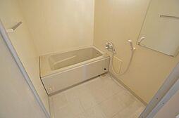 鏡も完備。白を基調とした清潔感のあるバスルーム。