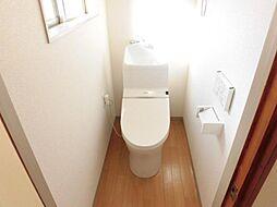 リフォーム済。トイレ写真です。新品の温水洗浄機能付トイレに交換しました。天井と壁のクロスは張替え、床はお掃除のしやすいクッションフロアで仕上げました。