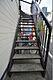 手摺り付きで昇降のしやすい共用階段