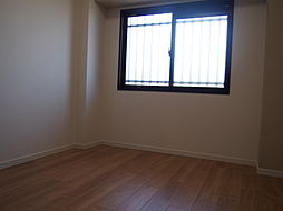 採光・通風を確保した窓付きの寝室。