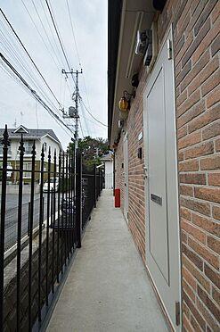 アパート-横浜市中区本郷町3丁目 開放感のある明るい共用廊下